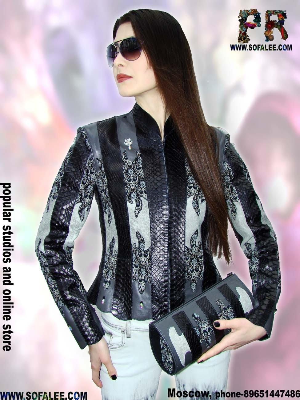 Фото девушки в куртке из кожи питона.Girl to jacket of python skin