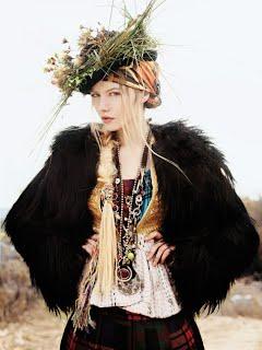 Красивая девушка в меховой жилетке из ламы