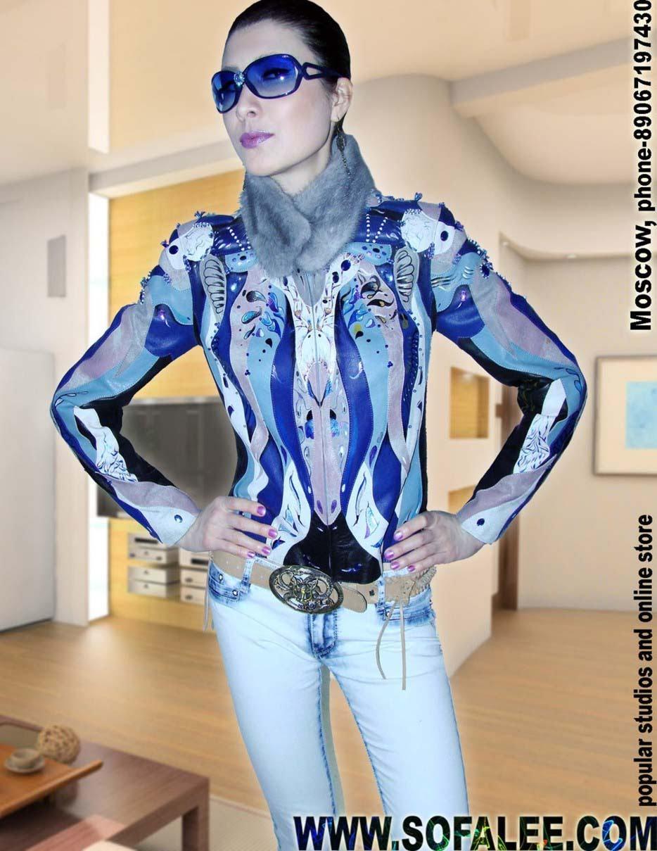 Красивая девушка популярная фото модель Софья в куртке от Sofalee!